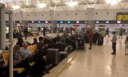 Alla flygplatser öppna, över 900 flyg berörda