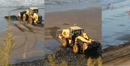 Traktor arbetar på dynorna
