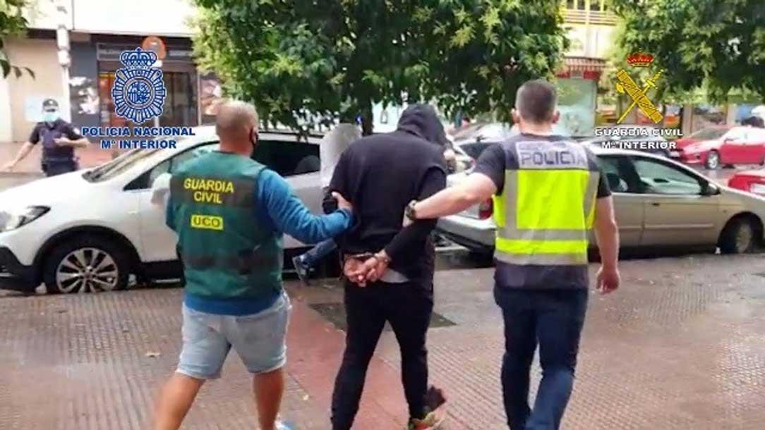 Poliser tar misstänkt