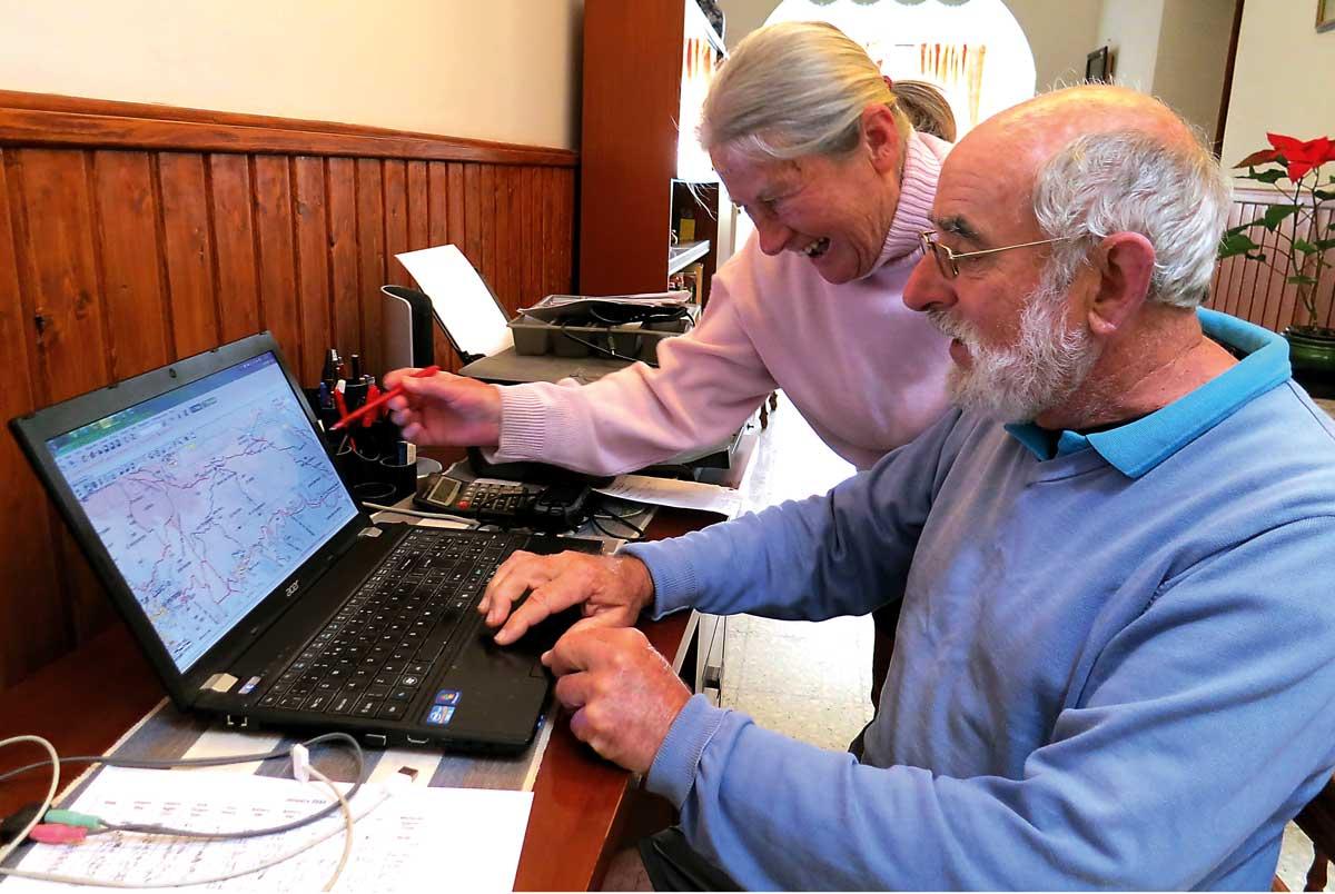 Eileen og Roger frmaför datorn