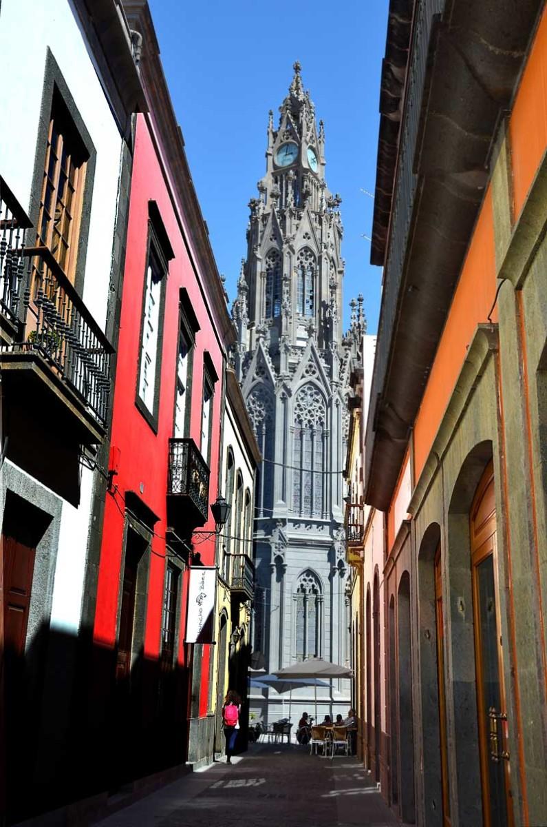 Kyrkotorn i gatusprånget