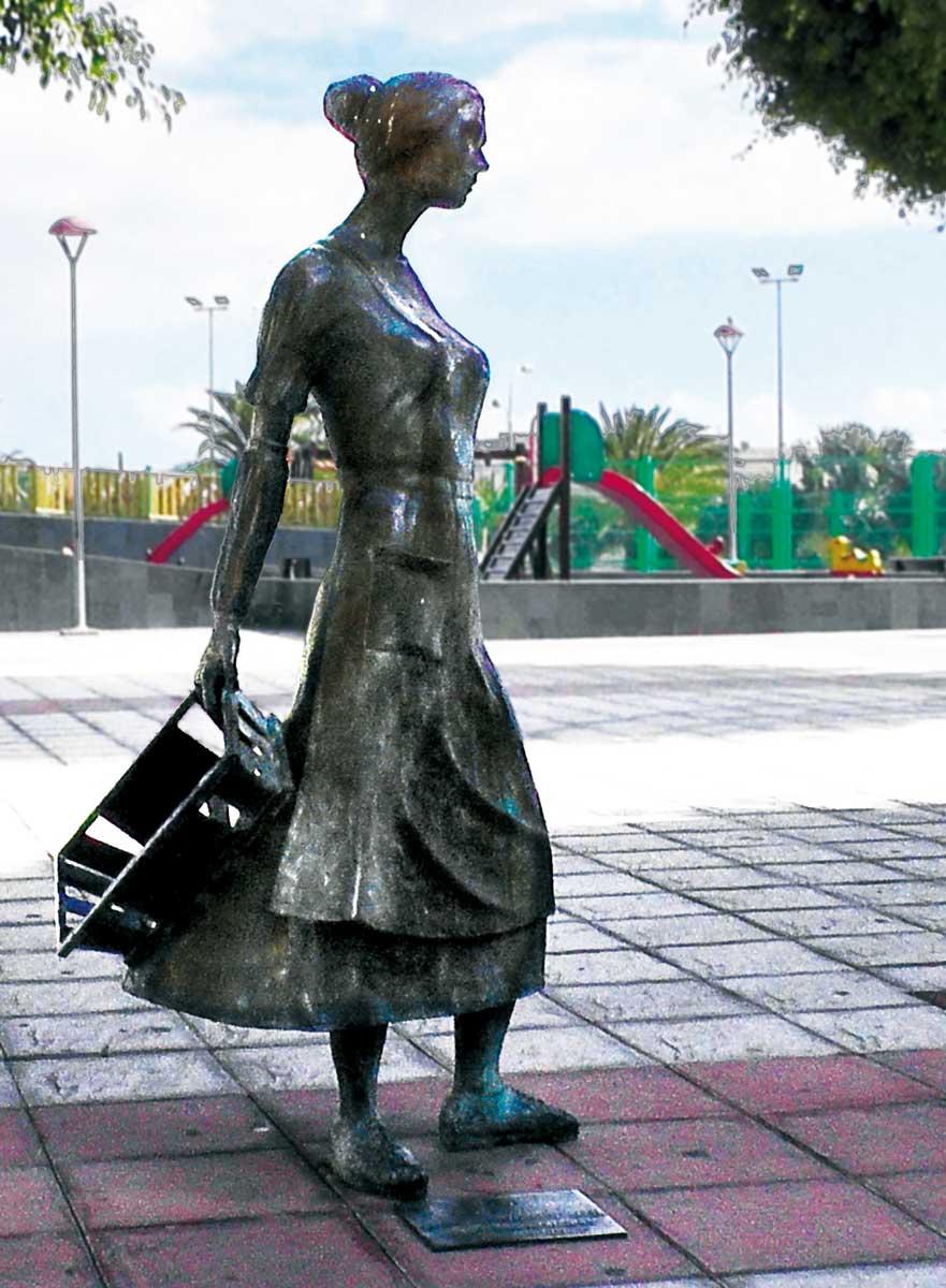 Staty kvinna med korg