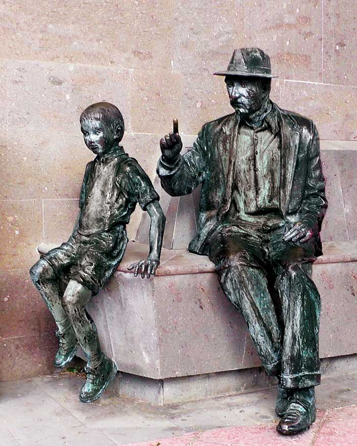 Staty morfar på bänk