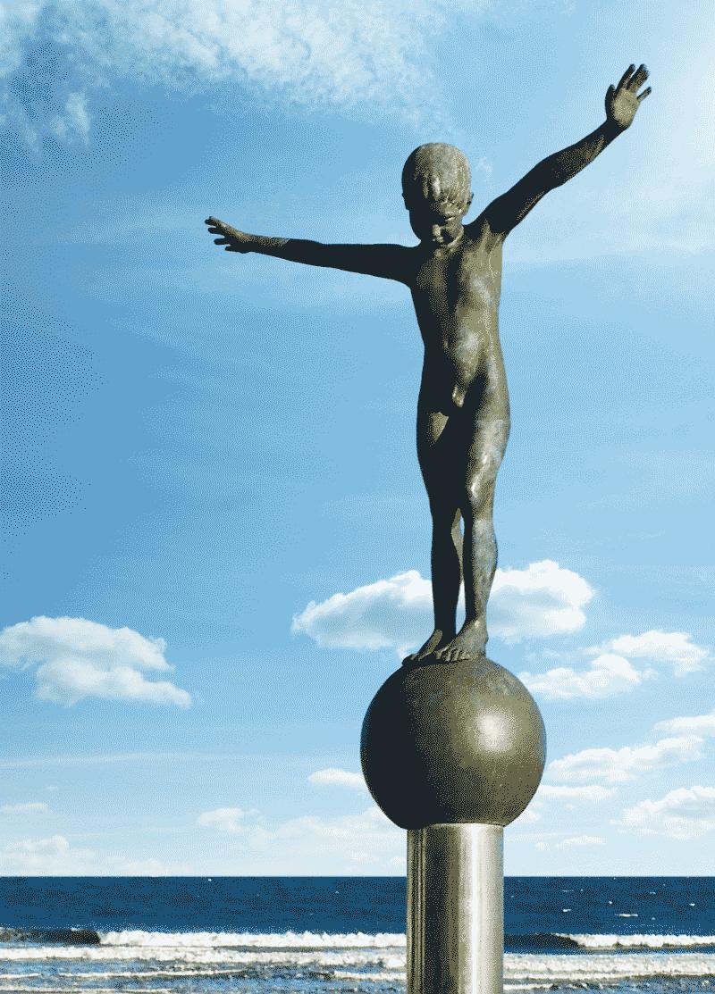 Staty pojke balanserar