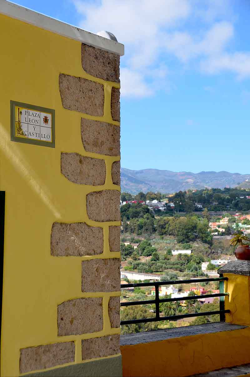 Husfasad med balkong