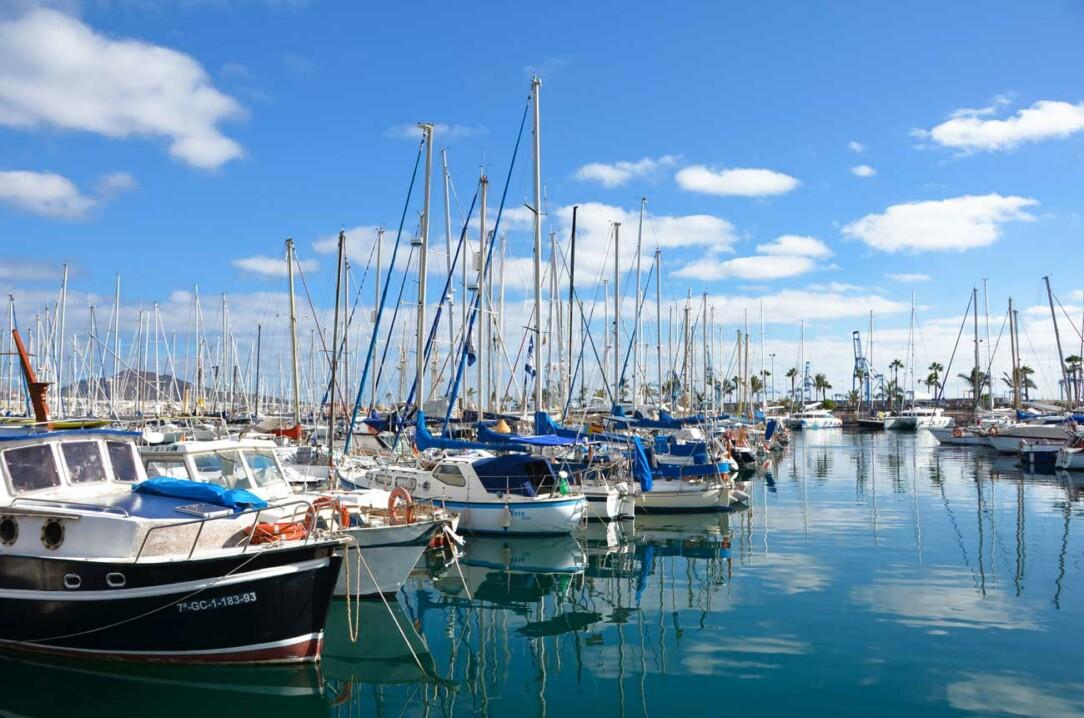 Sporthamnen full med båtar