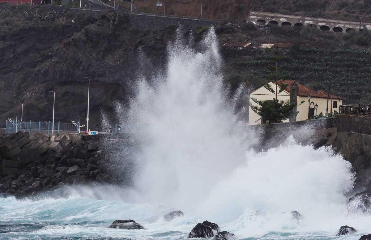 Vågor slår mot kusten