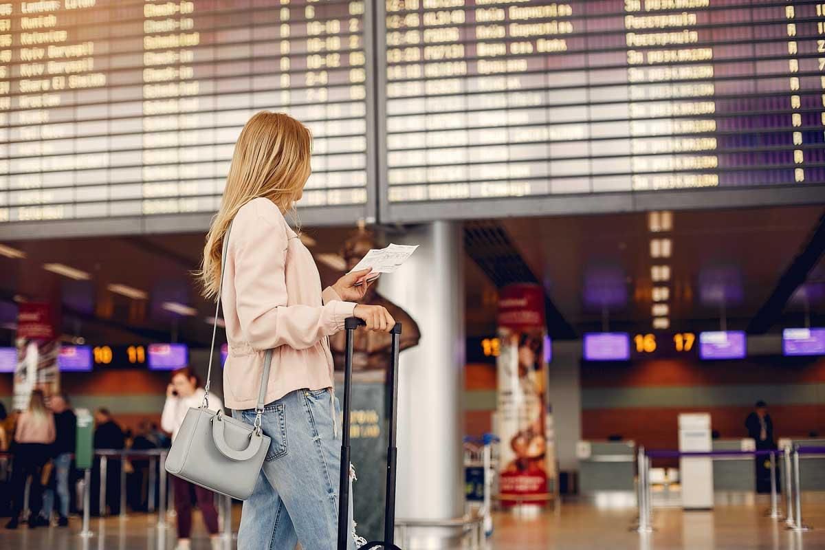 Kvinna på flygplats